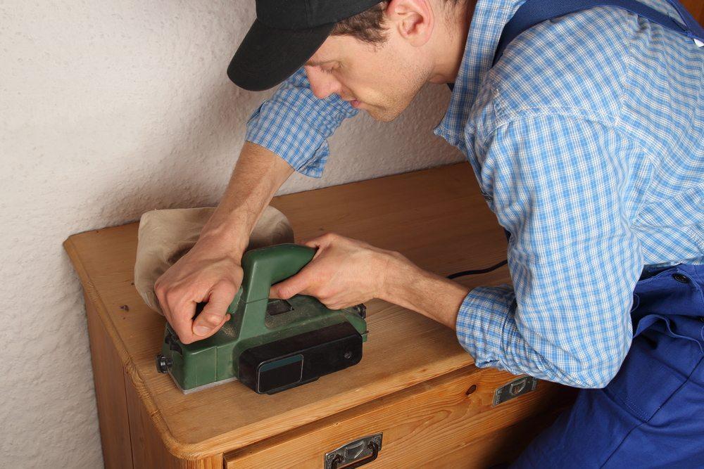 Manche Schäden an Möbelstücken erfordern professionelle Hilfe. (Bild: © RioPatuca - shutterstock.com)