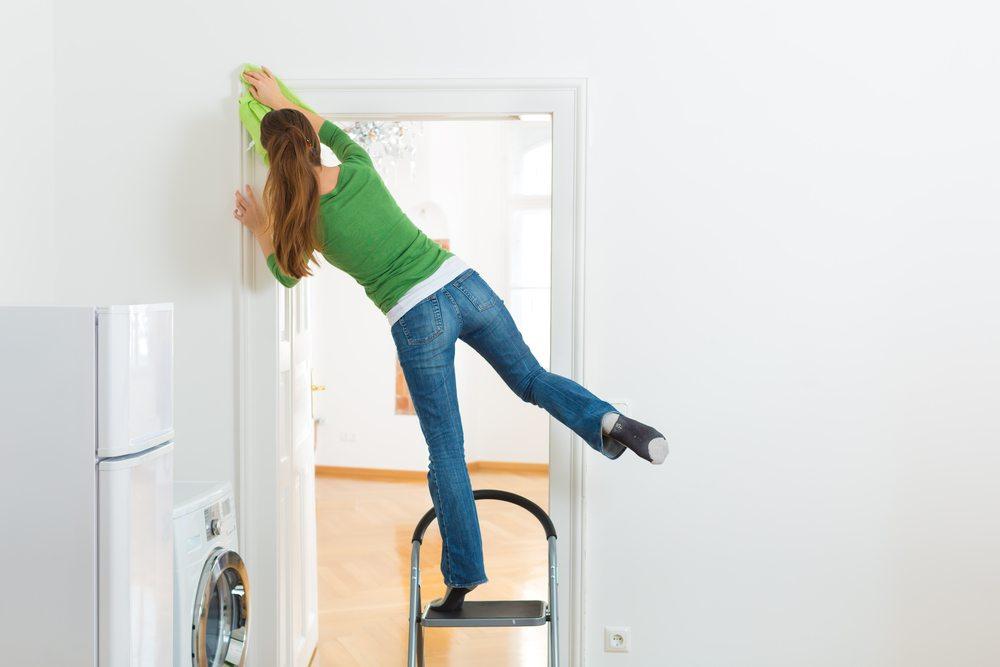 Grundsätzlich regelt der Mietvertrag, was und wie sauber die bisherige Wohnung geputzt werden muss. (Bild: Kzenon / Shuttertock.com)