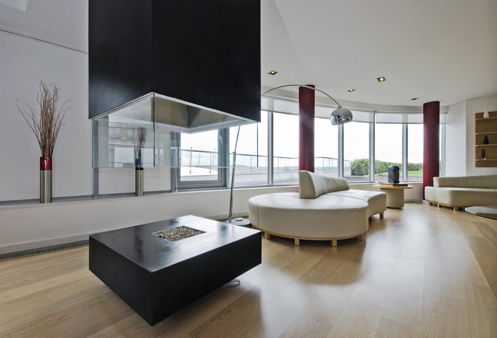 Einige Kamine können sich sogar in der Mitte des Raumes befinden. (Bild: yampi / Shutterstock.com)
