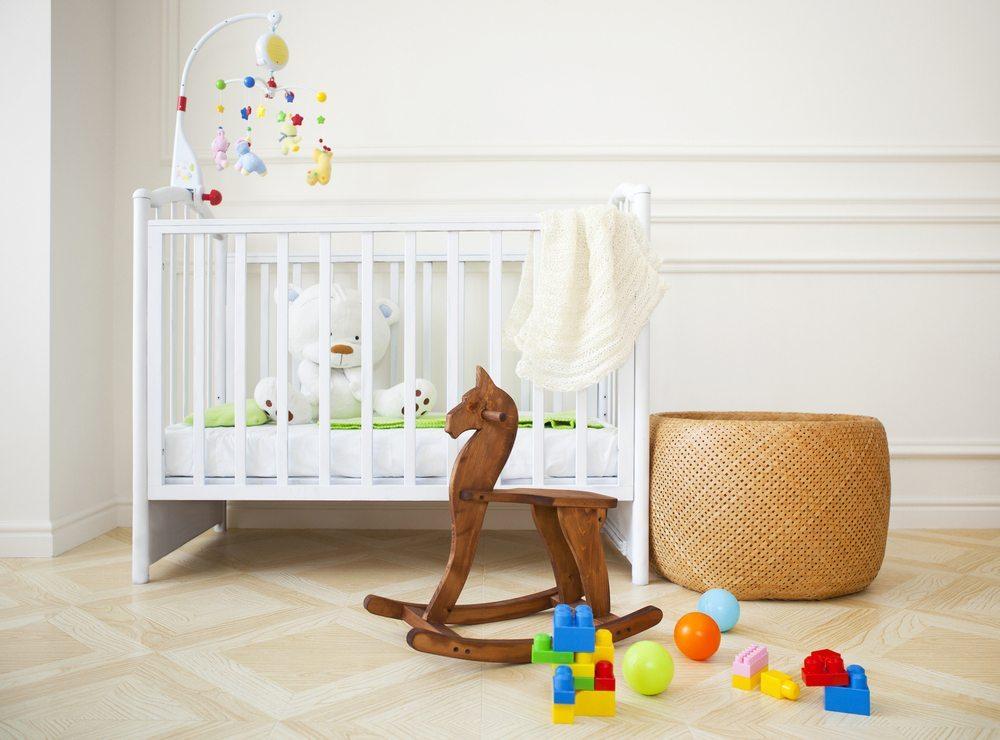 Babybett gehört zu der Grundausstattung eines jeden Kinderzimmers. (Bild: Dasha Petrenko / Shutterstock.com)