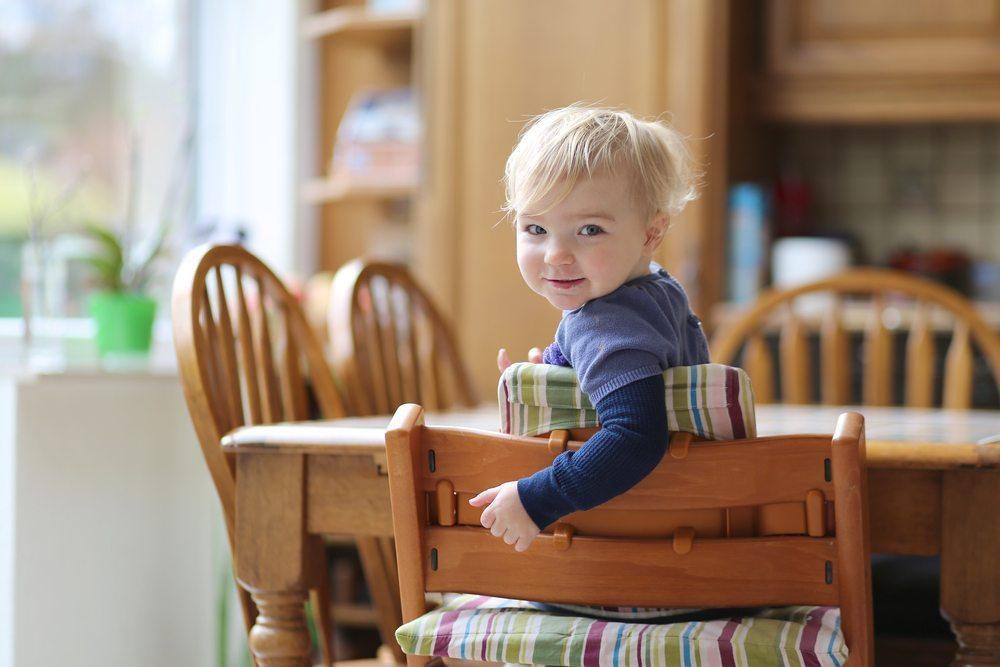 Danke eines Kinderhochstuhls werden auch kleine Kinder bereits Teil der Tischgemeinschaft. (Bild: CroMary / Shutterstock.com)