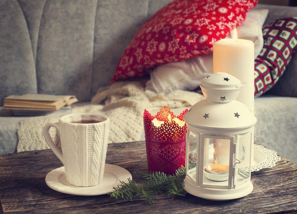 Durch Decken und Kissen kann viel Gemütlichkeit erzeugt werden. (Bild: AnjelikaGr / Shutterstock.com)
