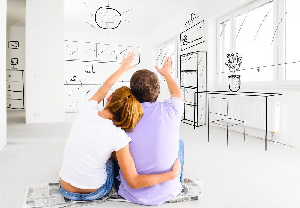 Sind die Renovierungsarbeiten abgeschlossen, kann es an die Auswahl von Möbeln und Accessoires gehen. (Bild: Sergey Peterman / Shutterstock.com)