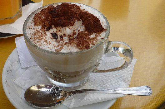Milchschaum krönt den Latte Macchiato, die heisse Schokolade oder den Lumumba. (Bild: Rosa-Maria Rinkl. Wikimedia, CC)