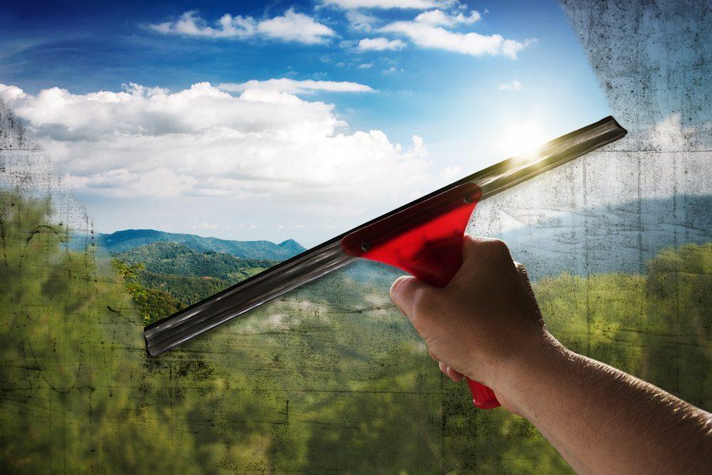 Fenster werden strahlend und streifenfrei sauber, wenn Sie dem lauwarmen Wasser eine Verschlusskappe voll mit Essigessenz zugeben. (Bild: lassedesignen  / Shutterstock.com)