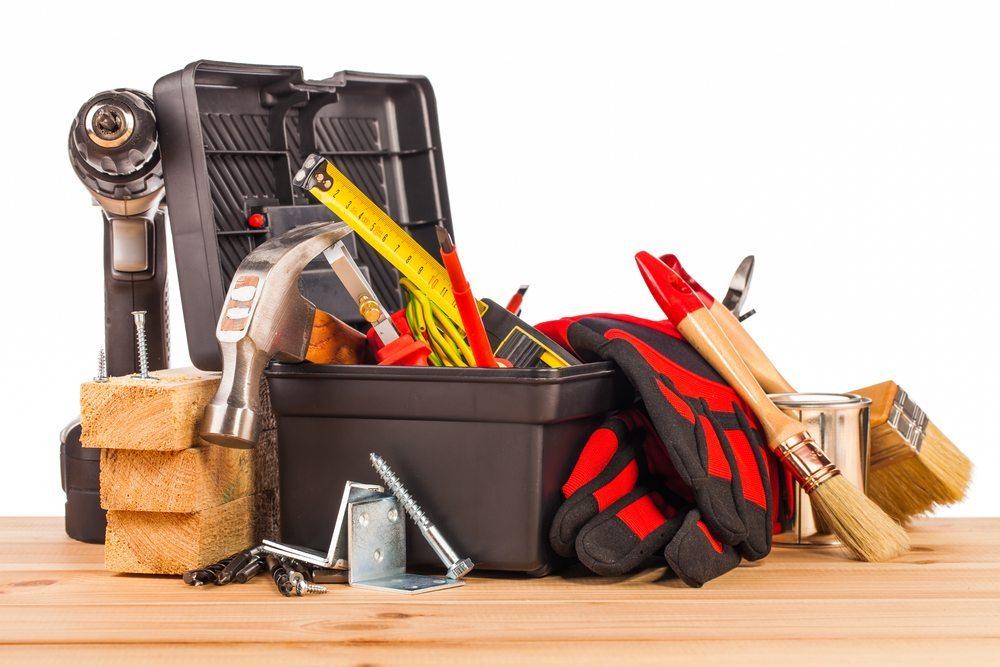 Zur betrieblichen Ausstattung gehören auch Materialien und Werkzeuge, die für kleinere Reparaturen notwendig sind. (Bild: Mariusz Szczygiel / Shutterstock.com)