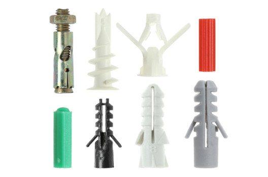 Dübel gibt es in unterschiedlichsten Formen, aus verschiedenen Materialien und für die verschiedensten Anwendungen. (Bild: Winai Tepsuttinun / Shuttertock.com)