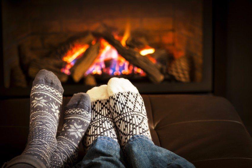 Ein Feuer im offenen Kamin vermittelt eine behagliche Atmosphäre und spendet Wärme. (Bild: © Elena Elisseeva - shutterstock.com)