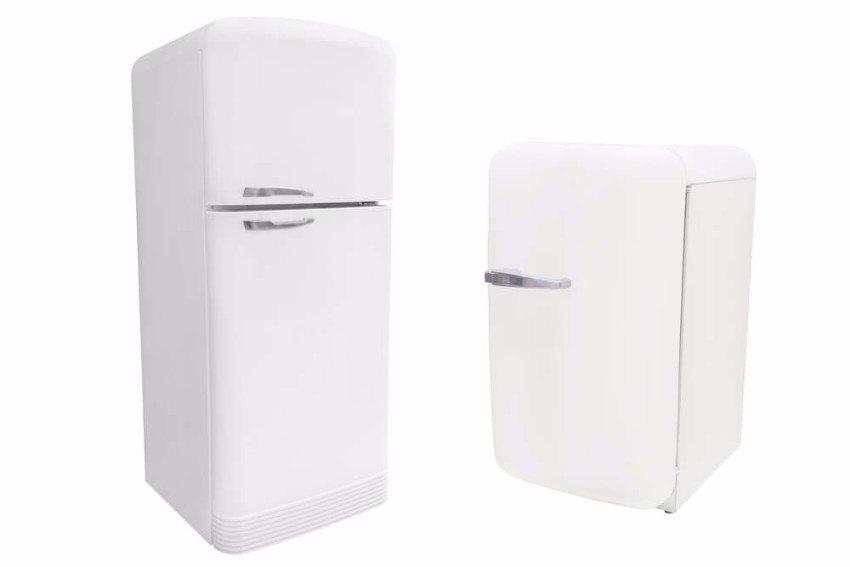 Ein traditionell schlicht und einfarbig gestalteter Kühlschrank fügt sich unauffällig in jede Ecke des Raumes ein. (Bild: © Vereshchagin Dmitry - shutterstock.com)