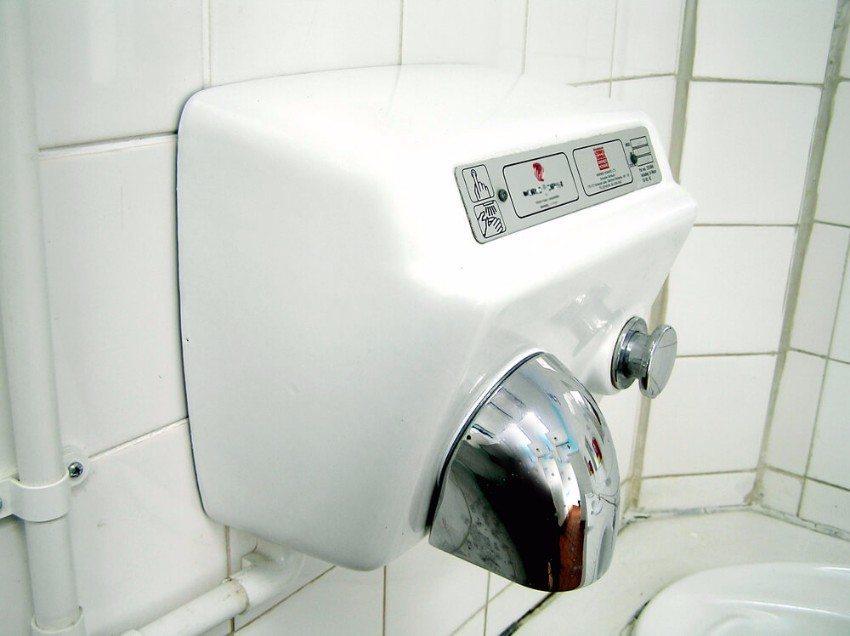 Richtiges Händetrocknen ist ein wichtiger Abschluss des Händewaschen. (Bild: © Peter Baxter - shutterstock.com)