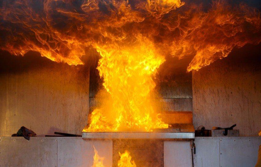 Wenn der Brand schon zu gross ist, muss die Flucht aus dem Gebäude angetreten werden. (Bild: © Scott Leman - shutterstock.com)
