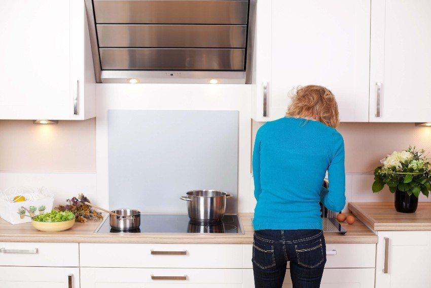 Die Dunstabzugshaube sorgt für saubere Luft in der Küche und muss den fettigen Kochdunst entsorgen. (Bild: © contrastwerkstatt - fotolia.com)