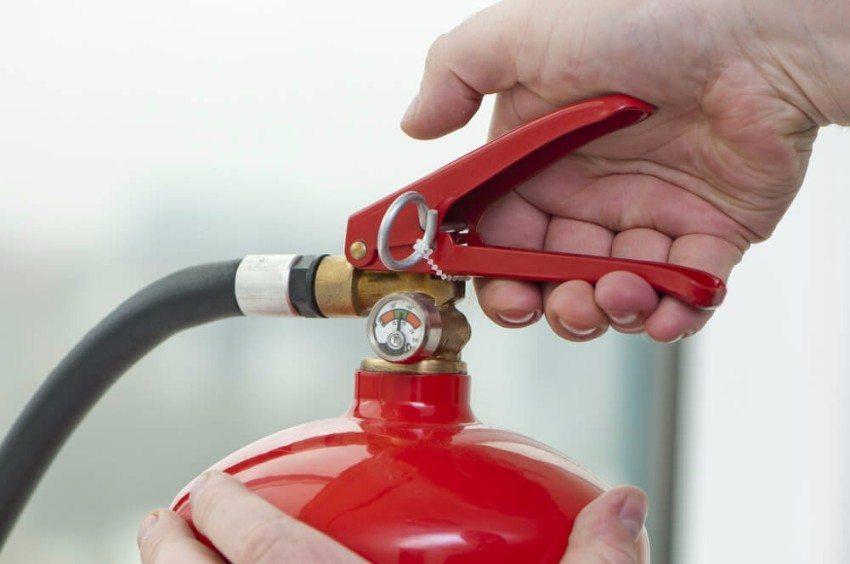 Bei einem kleinen Brand sollte man sofort reagieren und den nächsten Handfeuerlöscher holen. (Bild: © antos777 - shutterstock.com)