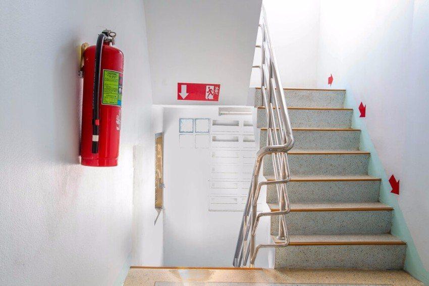 Grundsätzlich sollten die gekennzeichneten Fluchtwege genutzt werden, die im und am Gebäude verlaufen. (Bild: © Mr.Yotsaran - shutterstock.com)