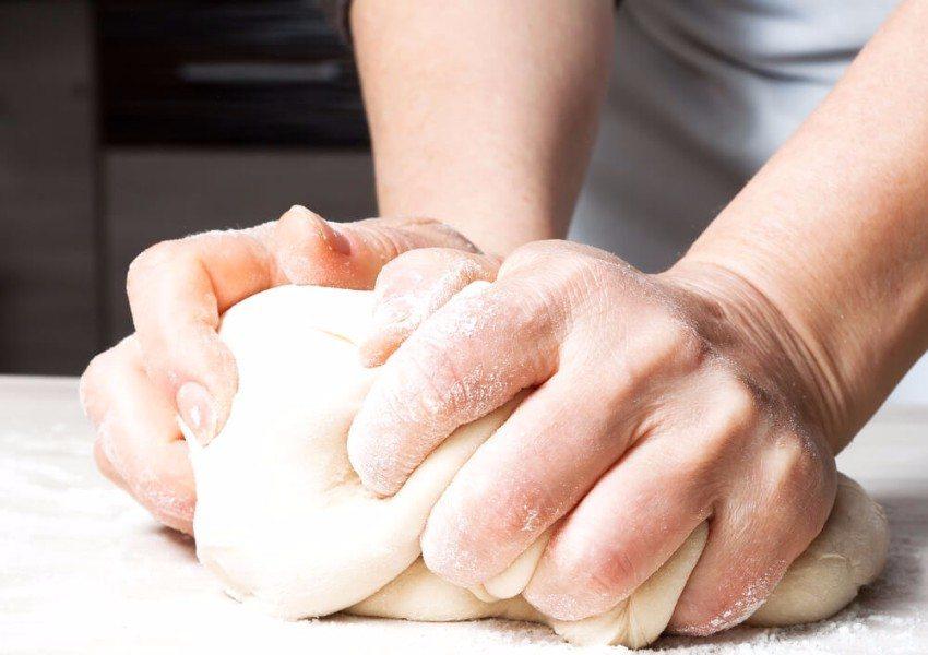 Mit etwas Übung wird die Herstellung eines Hefeteiges für euch bald zum Kinderspiel. (Bild: © Vladimir Volodin - shutterstock.com)