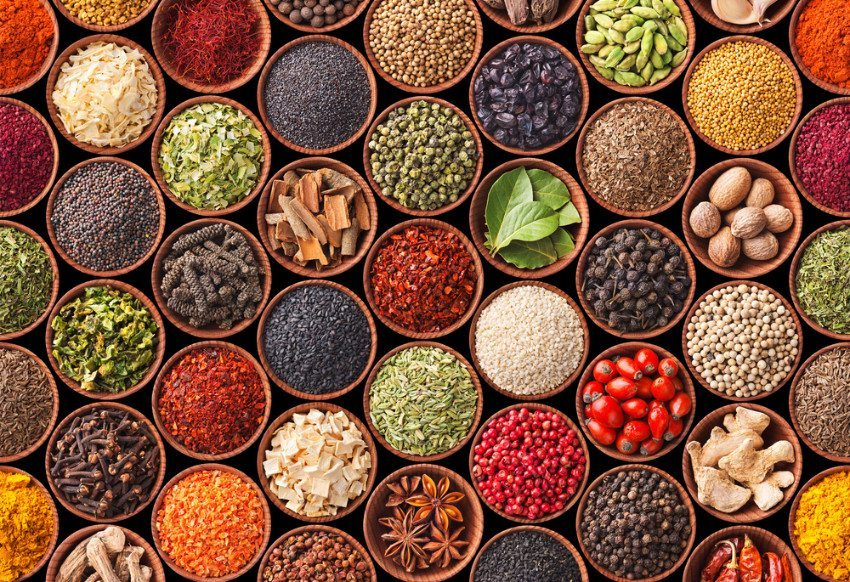 Ernährungstipp: Weniger Salz, dafür mehr unterschiedliche Gewürze nutzen. (Bild: © Andrii Gorulko - shutterstock.com)