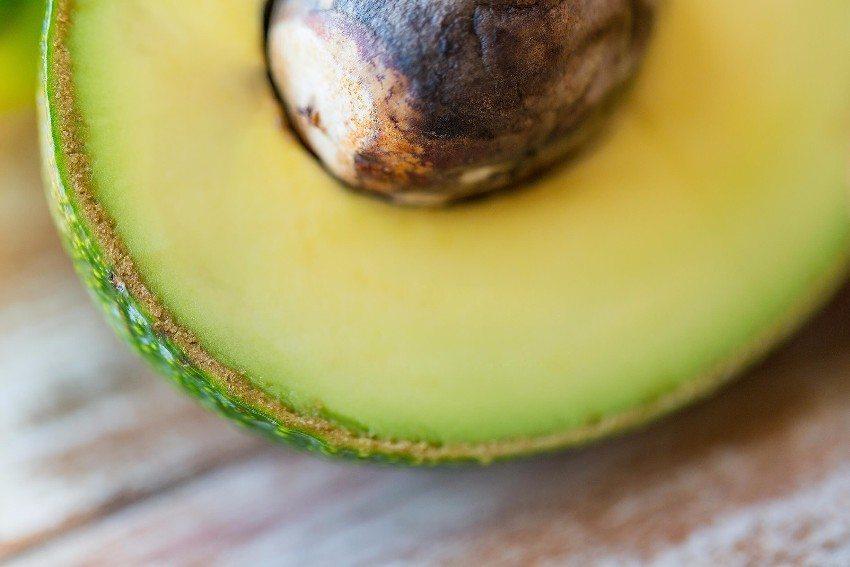 Eine Avocado nährt die Haut und lässt sie glatt und gepflegt aussehen. (Bild: © Syda Productions - fotolia.com)