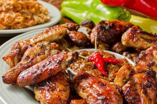 Chicken Wings sind ideales Fingerfood für Ihr amerikanisches Buffet. (Bild: fudio – shutterstock.com)