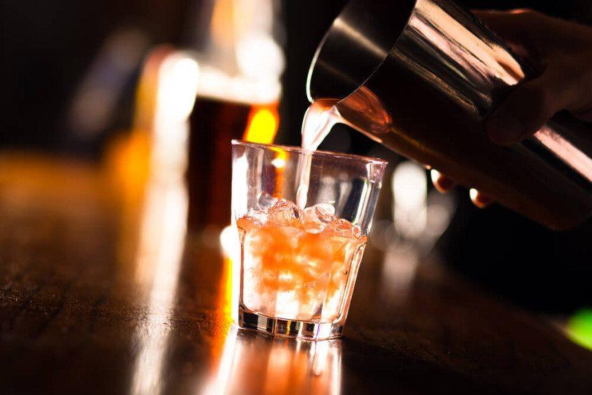 Mit ca. zwölf bis 15 Spirituosen lassen sich alle gängigen Cocktails anfertigen. (Bild: © Minerva Studio - shutterstock.com)