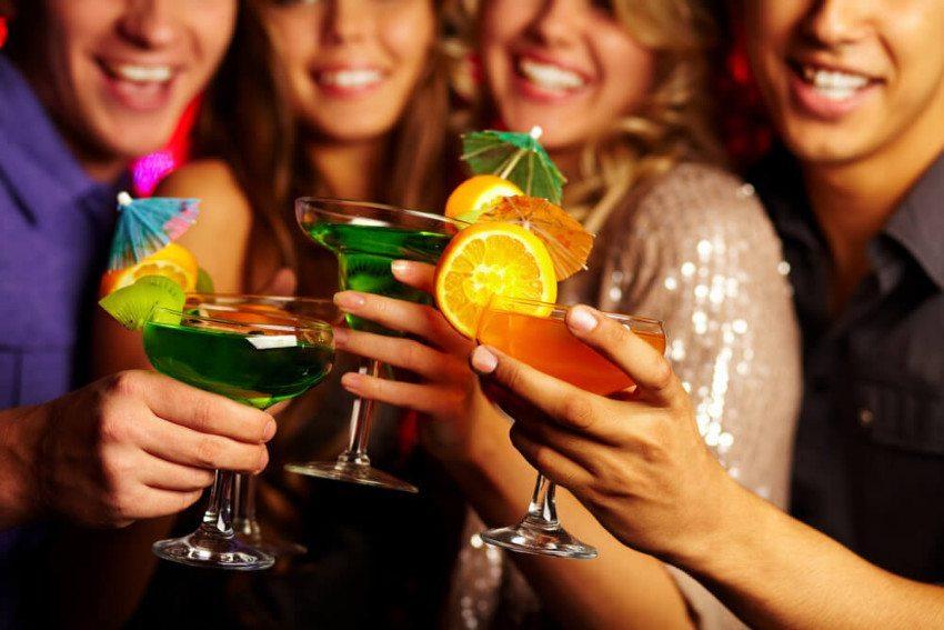 Mit tollen Cocktails lassen sich die Gäste begeistern. (Bild: © Pressmaster - shutterstock.com)