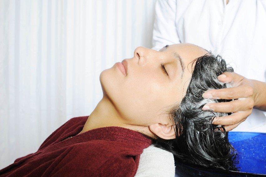 Indische Frauen verwenden Waschnüsse zum Haarewaschen. (Bild: © Intellistudies - fotolia.com)