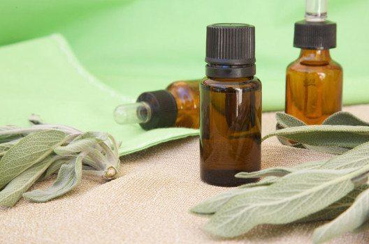 Salbeiöl wirkt entzündungshemmend und desinfizierend. (Bild: Tolikoff Photography – shutterstock.com)