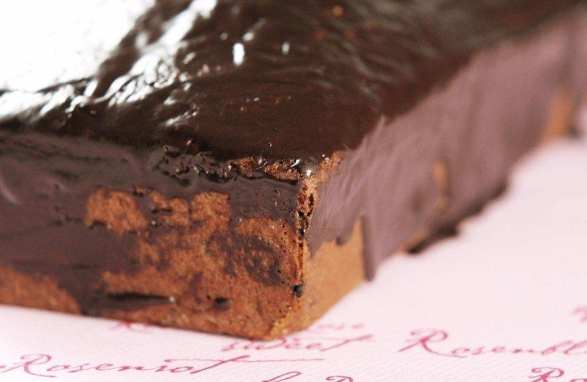 Überziehen Sie Ihren Kuchen mit einer dunklen Schokoladenglasur und schon sieht er perfekt aus! (Bild: © A_Bruno - fotolia.com)