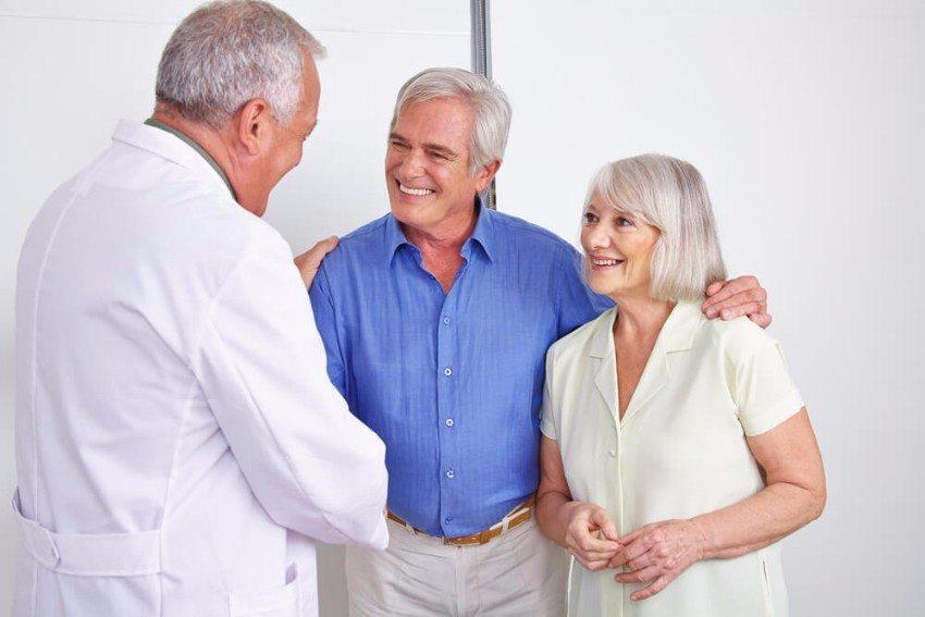 Grundsätzlich sollten Sie vor der Behandlung mit Infrarot-Wärme einen Arzt zu Rate ziehen. (Bild: © Robert Kneschke - shutterstock.com)