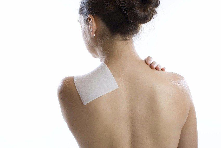 Besonders bei hartnäckigen Rückenschmerzen, Schulter- und Nackenschmerzen wirken Wärmepflaster wohltuend. (Bild: © Uwe Grötzner - fotolia.com)