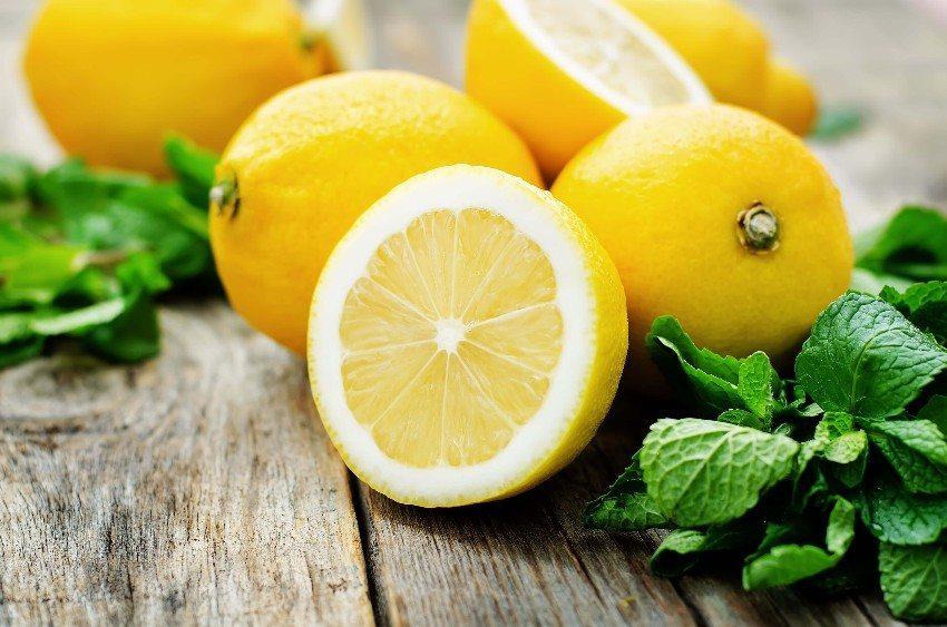 Die spritzig saure Zitrone enthält Vitamin C, das der Hautalterung vorbeugen soll. (Bild: © nata_vkusidey - fotolia.com)