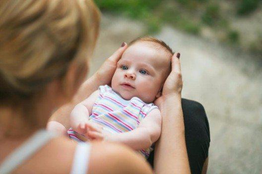 Am hormonell begründeten Stimmungseintrübung vor oder nach einer Geburt leiden die meisten Mütter. (Bild: © balenopix - shutterstock.com)