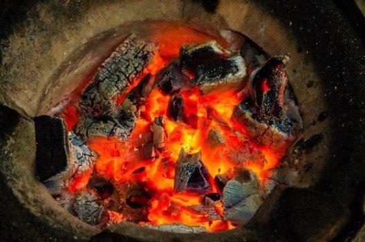 Seit es Feuer gibt, haben die Menschen ihr Fleisch und andere Speisen auf der heissen Glut zubereitet. (Bild: © Visun Khankasem - shutterstock.com)