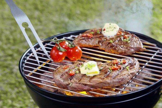 Experten legen das Fleisch zunächst in die Mitte des Rosts, um es recht scharf anzugrillen. (Bild: © stockcreations - shutterstock.com)