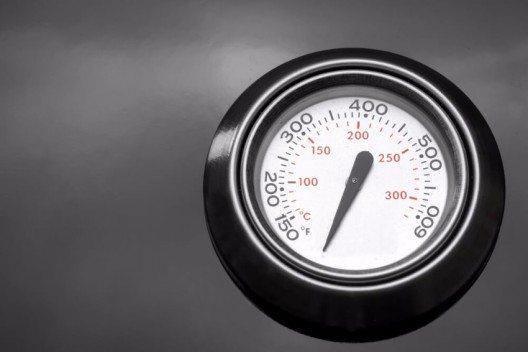 Mit dem eingebauten Deckelthermometer haben Sie die Temperatur Ihres Grillguts stets im Blick. (Bild: © AVN Photo Lab - shutterstock.com)