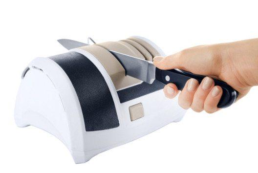 Schleifrollenschärfer sind gut geeignet für alle, die schnell ein Messer für den Hausgebrauch schärfen wollen. (Bild: Africa Studio – shutterstock.com)