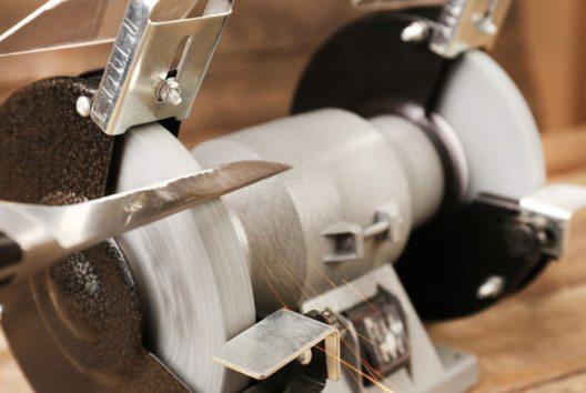 Ein elektrisch betriebenes Messerschleifgerät spart viel Zeit und Arbeit. (Bild: Africa Studio – shutterstock.com)