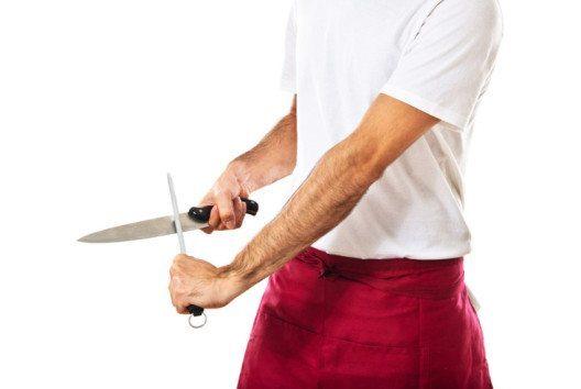Der Wetzstahl ist ein Messerschleifgerät mit einem Schleifstab aus Edelstahl. (Bild: Luis Molinero – shutterstock.com)