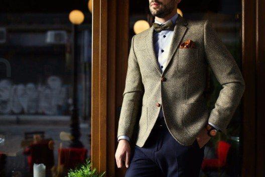 Das Zweiknopfsakko: ein Klassiker, den Mann im Büro und zu offiziellen Anlässen trägt. (Bild: © Costa Studio - shutterstock.com)
