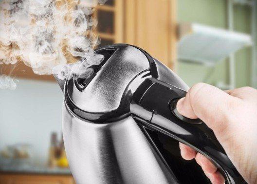 Ein kabelloser Wasserkocher ist praktisch, weil Sie die Kanne zum Einschenken vom Heizsockel nehmen können. (Bild: © OlegDoroshin - fotolia.com)
