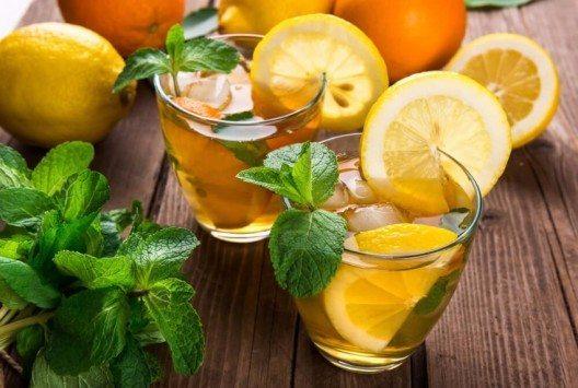 Im Sommer kühlen Zitronen ein Glas Wasser und geben dem Getränk ein feines Aroma. (Bild: © Catarina Belova - shutterstock.com)