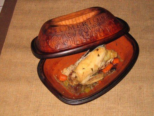 Ist die Nahrung in den Römertopf eingefüllt, übernimmt er alles weitere. (Bild: © Bullenwächter - CC BY-SA 3.0)