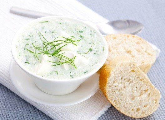 Mit knusprigem Brot gereicht, ist die Kalte Gurkensuppe eine erfrischende, köstliche Mahlzeit. (Bild: © Corinna Gissemann - fotolia.com)