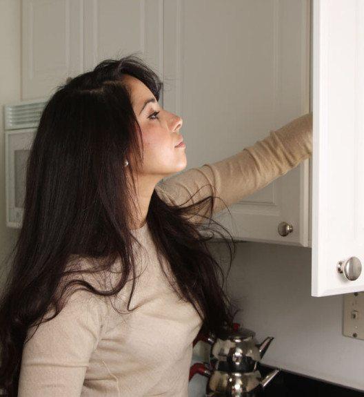 Sie sollten alle Lebensmittel im befallenen Schrank auf Larven und Nester kontrollieren. (Bild: © jstudio - shutterstock.com)