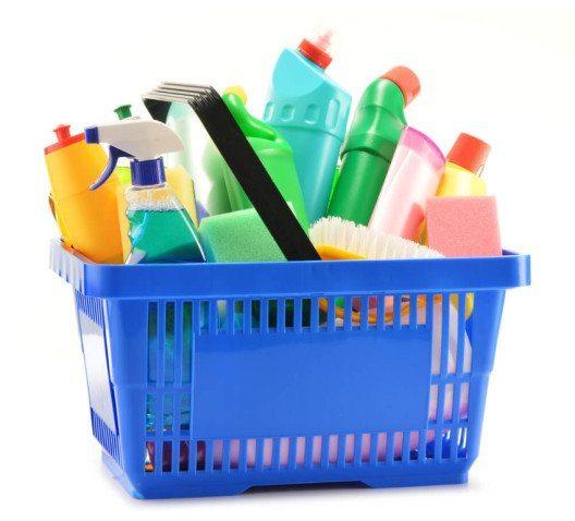 Putzen Sie den Schrank gründlich aus und entfernen Sie Nester und Larven. (Bild: © monticello - shutterstock.com)