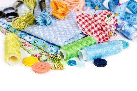 Im Nähkurs lernt man den Umgang mit verschiedenen textilen Stoffen. (Bild: © Nataliia Pyzhova - shutterstock.com)