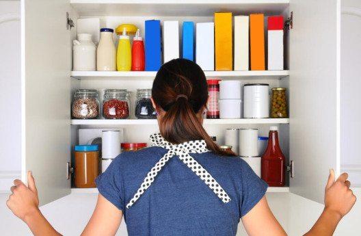 Kontrollieren Sie Ecken und Kanten des Schrankes regelmässig auf Mottenbefall. (Bild: © Steve Cukrov - shutterstock.com)