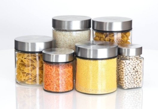 Neue Lebensmittel sollten Sie in Behältern oder Dosen aufbewahren, falls Larven übersehen wurden. (Bild: © GoodMood Photo - shutterstock.com)