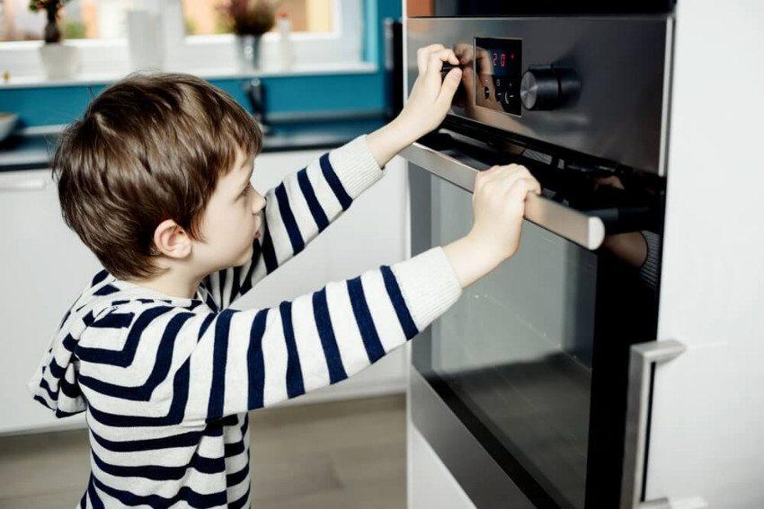 Wer Kinder hat, sollte über eine elektronisch verriegelbare Ofentür nachdenken. (© djedzura - shutterstock.com)