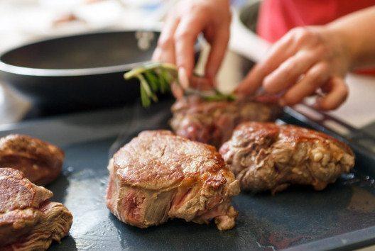 Für einen leckeren Schnitzel oder Steak braucht man eine richtig gute Pfanne. (Bild: Shebeko / Shutterstock.com)