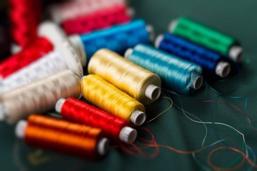Im Fachhandel werden Garnrollen oftmals als Set aus mehreren Dutzend Farbtönen angeboten. (Bild: © Studio 37 - shutterstock.com)